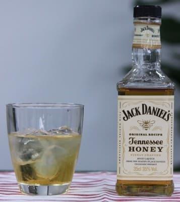 ジャック ダニエル テネシーハニーらしさを楽しむなら  ストレートより水割り