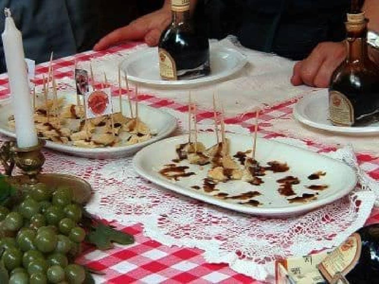 チーズ食事風景 写真提供:Wikipedia)