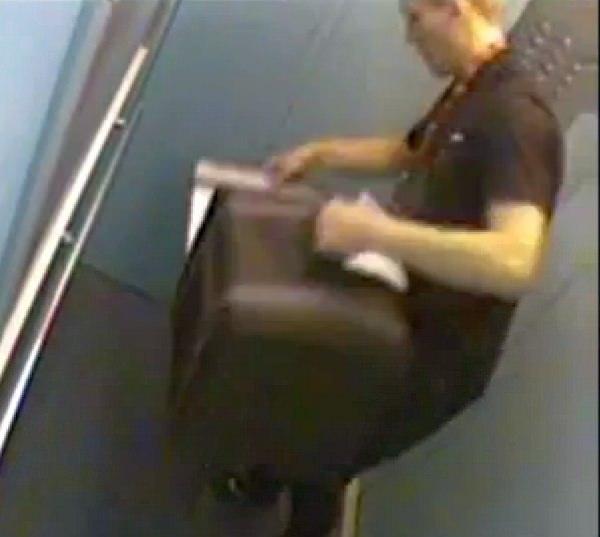 エレベーターに入るとすぐに