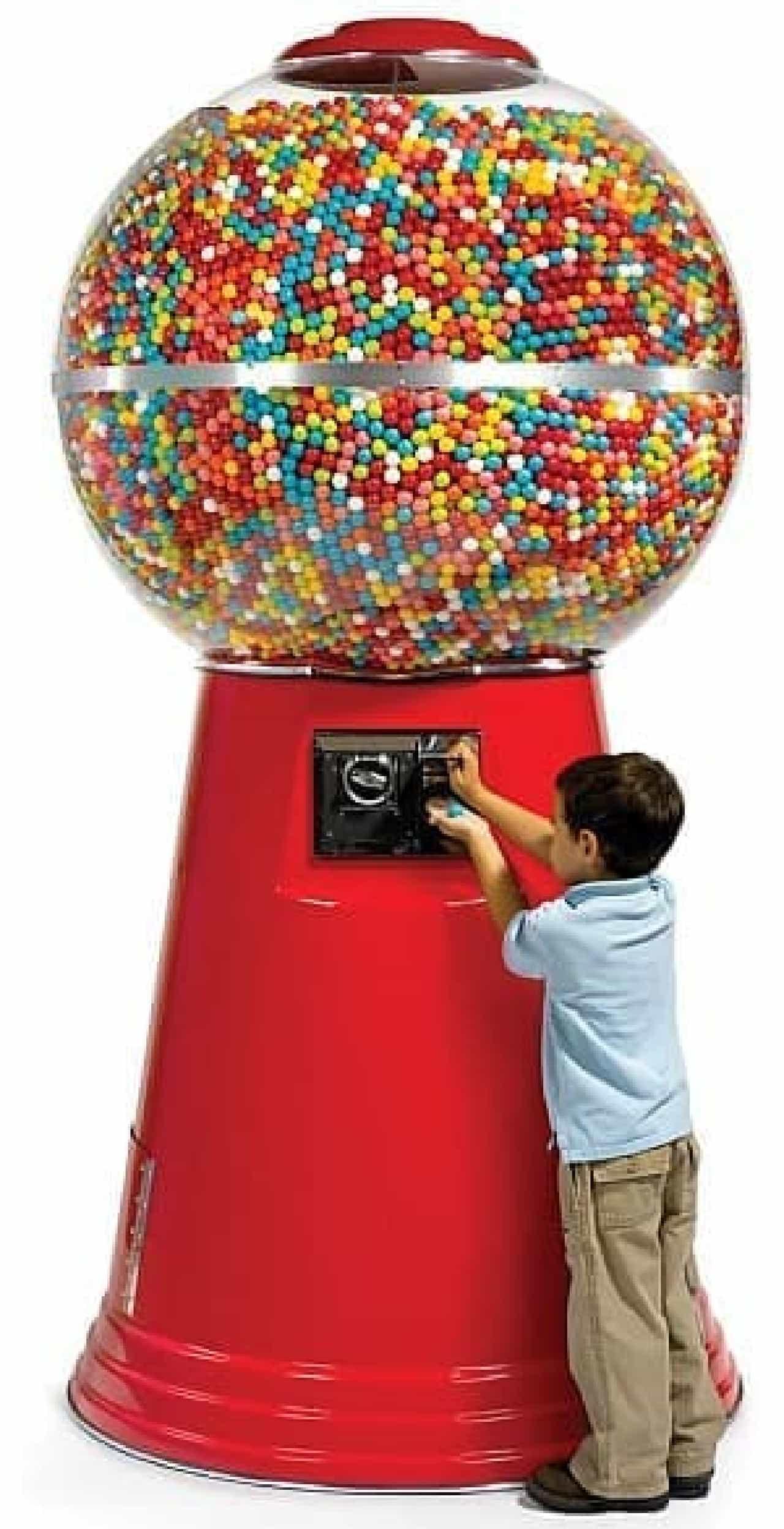 巨大ガムボールマシン  その高さは子ども2人分?