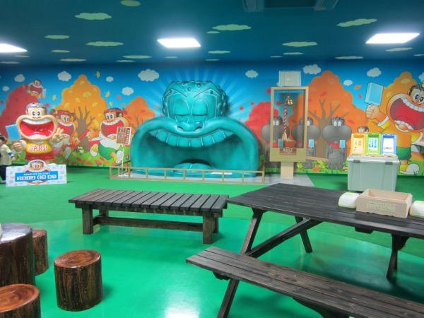 休憩ホールは明るくて楽しい空間