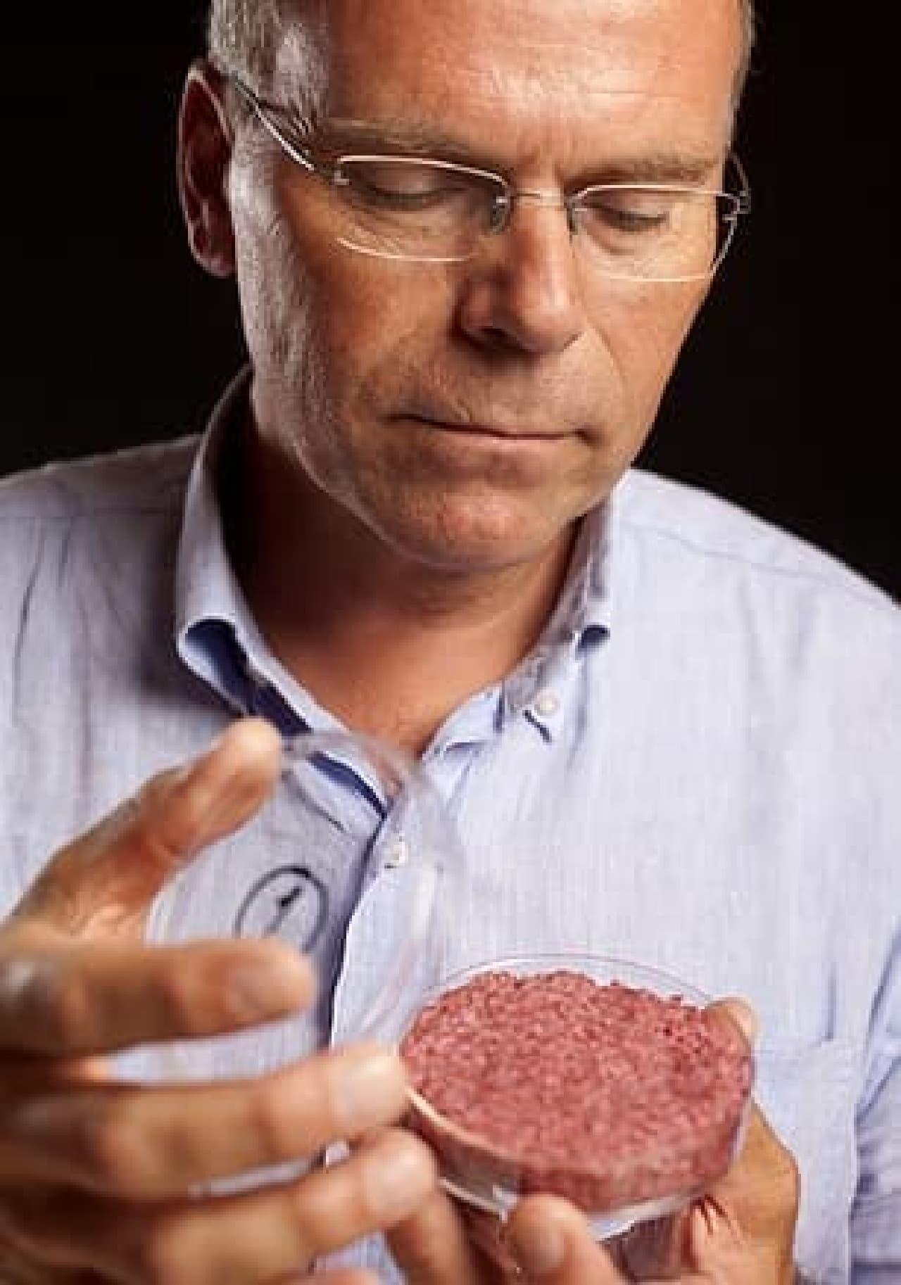 人工肉バーガーのパティを持つ Post 氏