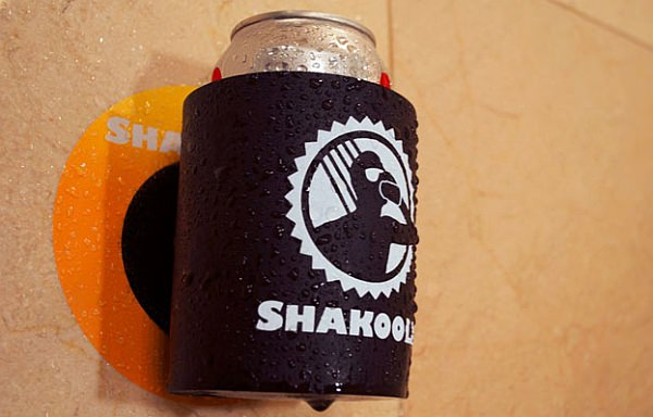マジックテープによるビール缶ホルダーの壁への取り付けは簡単