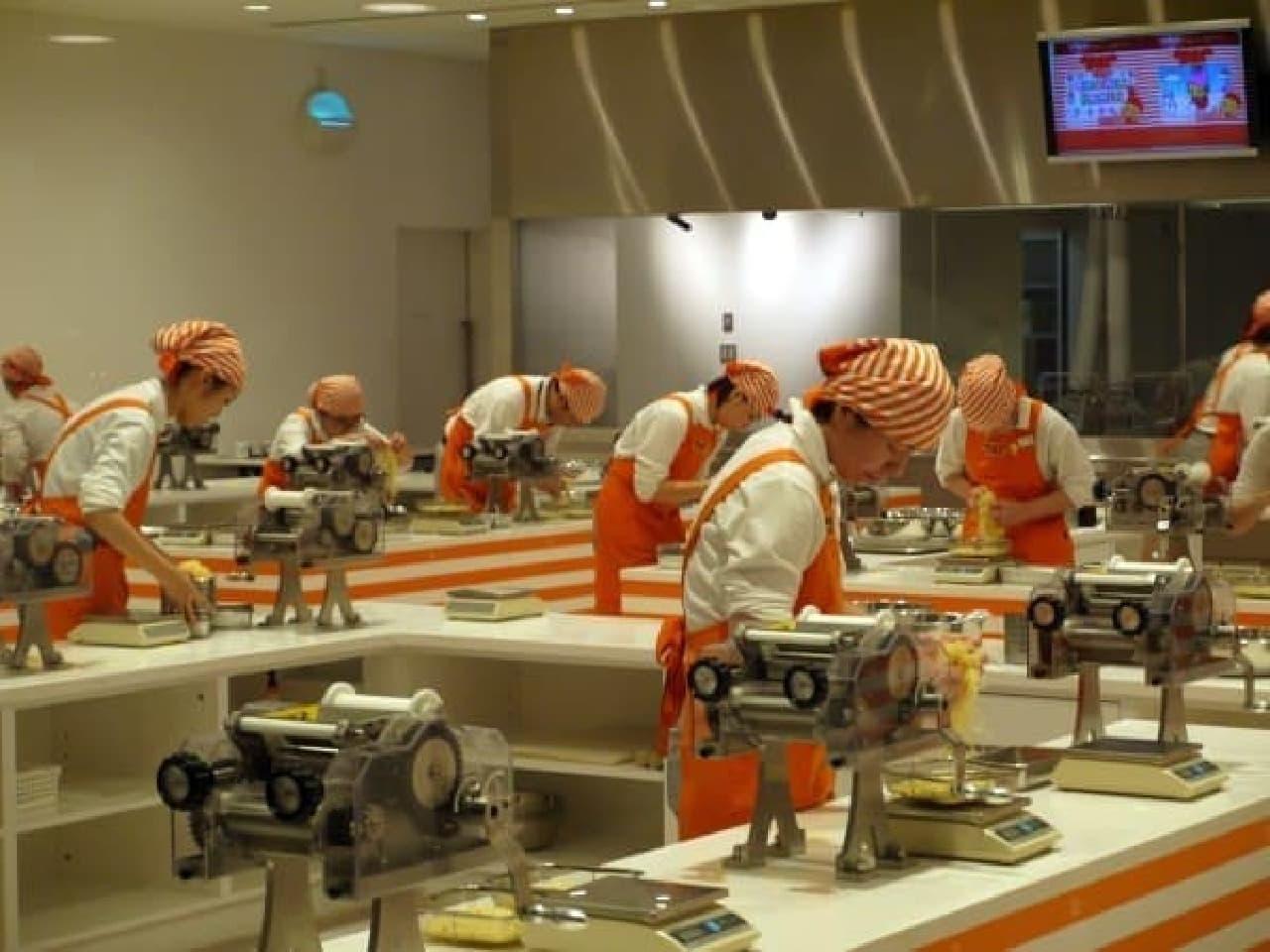 麺を作っていると思われるスタッフの皆さん