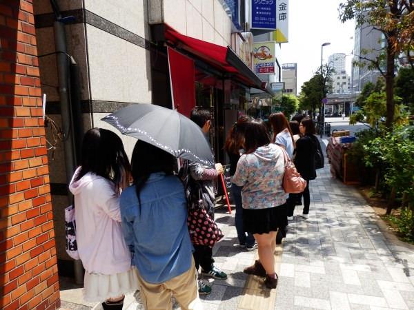 平日の開店11時、10人ほど並んでいました