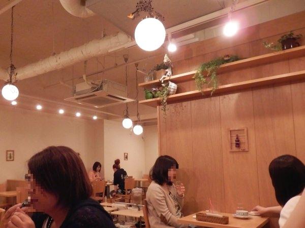 店内は広々としたカフェのような雰囲気