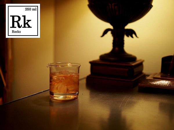 ビーカーをモデルにしたウィスキーグラス  ほぼ、ビーカーそのまま