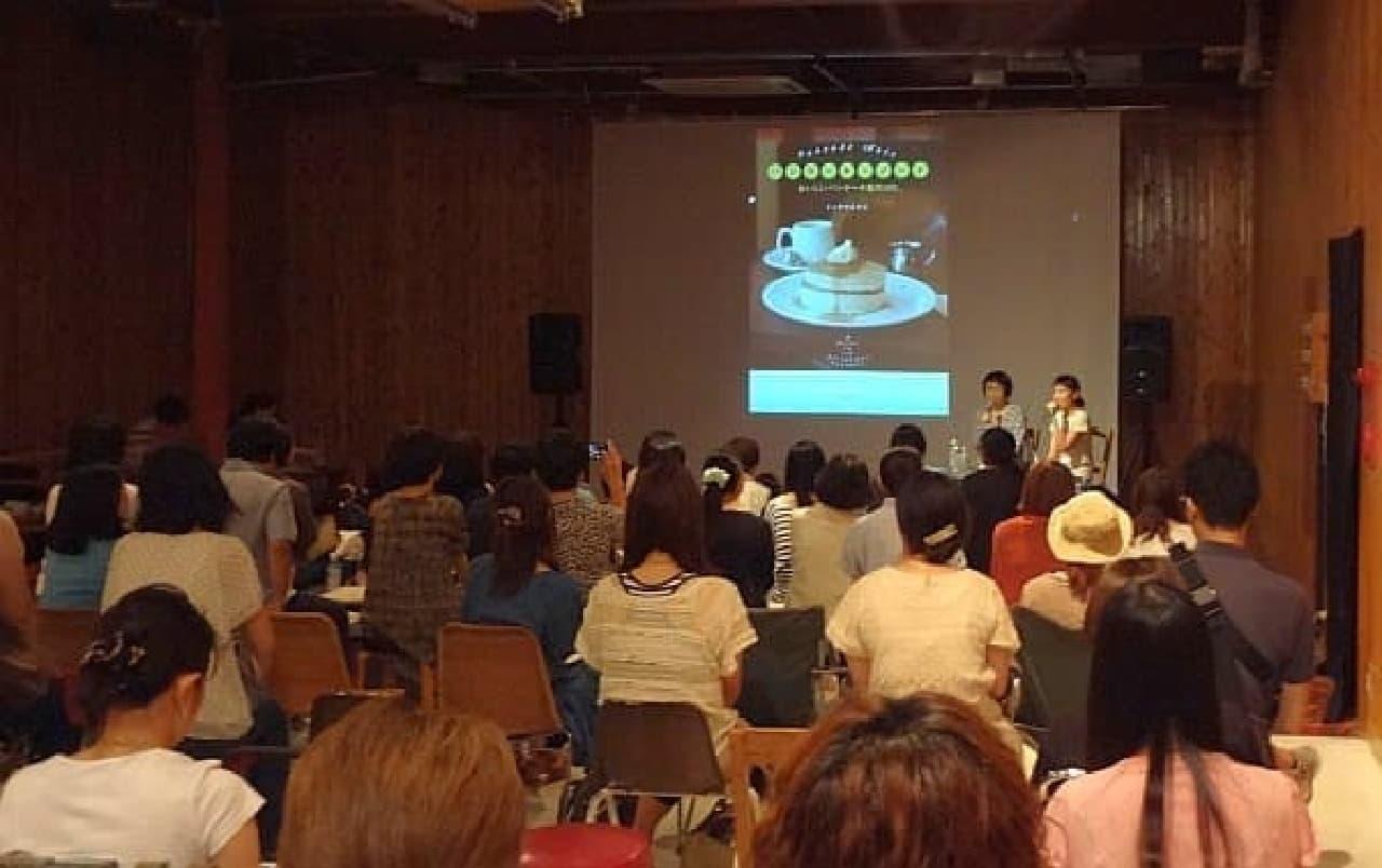 「フード三原則」について語るトミヤマユキコさんと福田里香さん