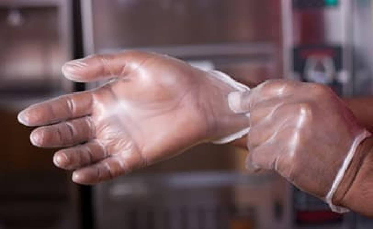 ビニール手袋で寿司を握るなんて...  (出典:Food Safety News)