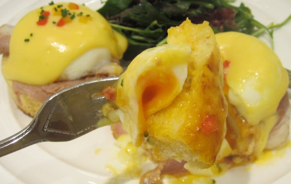 卵とソースで濃厚な味