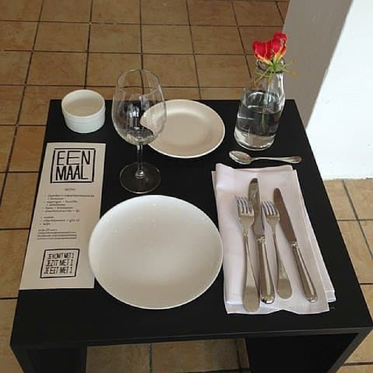 「Eenmaal」のテーブルはお一人様サイズ  カップルでは座れません!