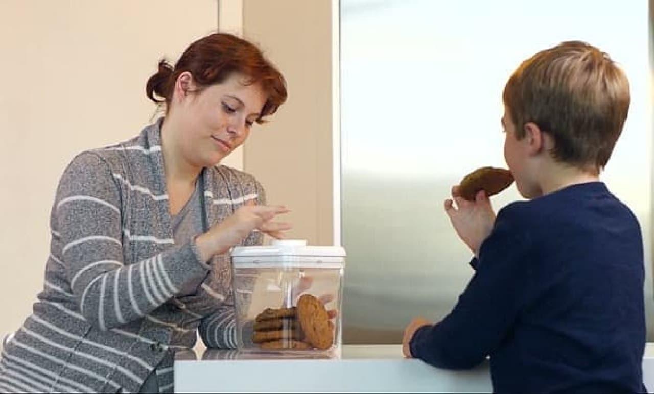 「Kitchen Safe(キッチン金庫)」は、おやつの食べ過ぎを防止する金庫だ