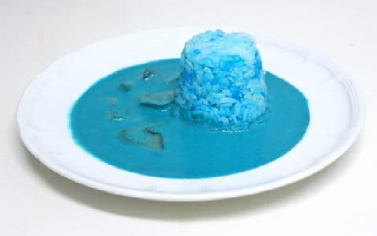 「サイエンス・キッチン~アリエナイ理科ノ料理~」で公開された青いカレー  ライスまで、まっ青です