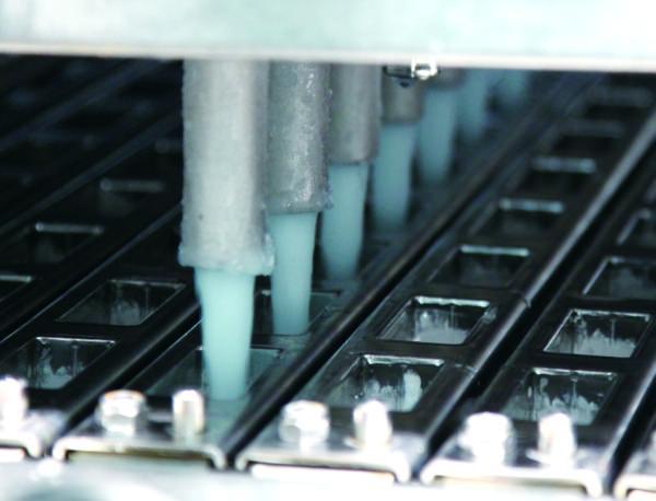 マイナス32℃ 以下に冷やした型に、「アイスクリームミックス」を入れます