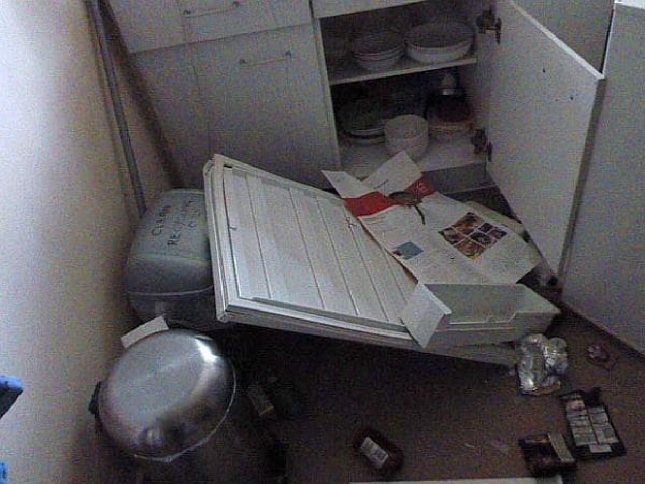 爆発で吹き飛んだ冷蔵庫のドア(出典:The Sun)