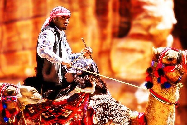ラクダで移動するベドウィンの男性 (C)Dmitri Markine