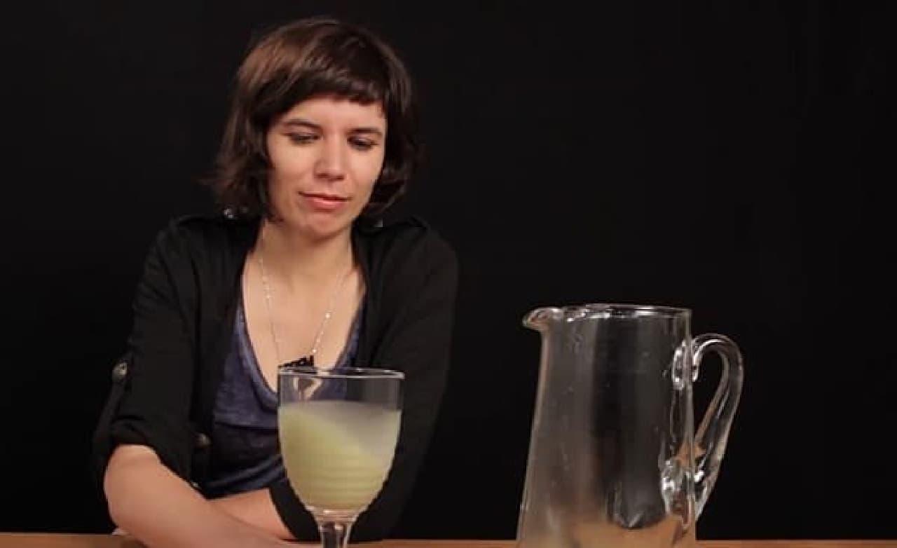 グラスを回して、腐ったジャンバジュースのような香りを存分に楽しむ