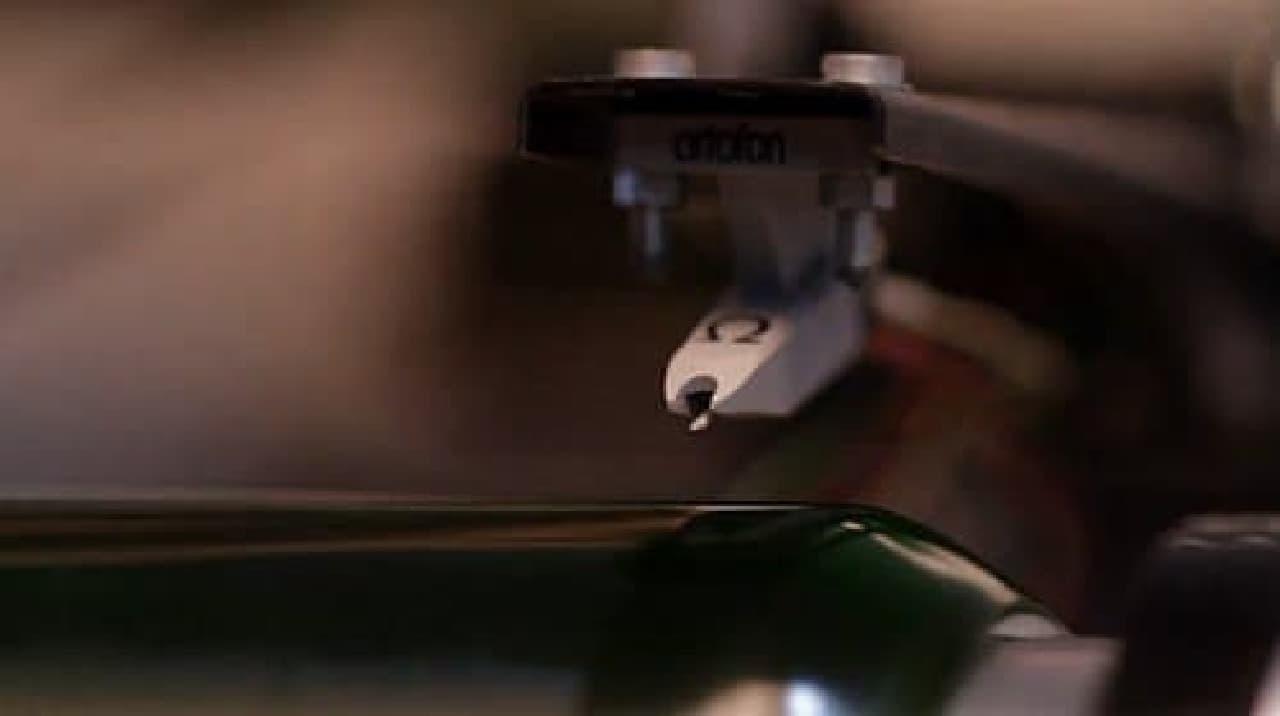 ビール瓶の「レコード」に針を落とす瞬間