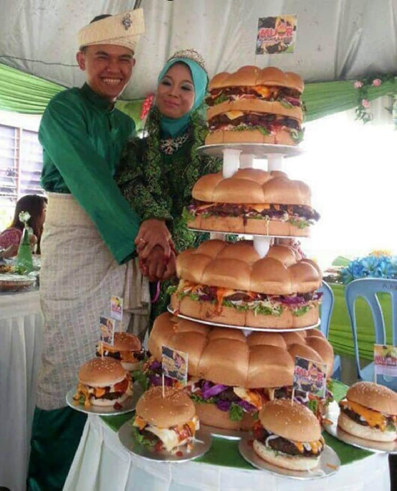 ハンバーガーで作られたウェディングケーキ(?)
