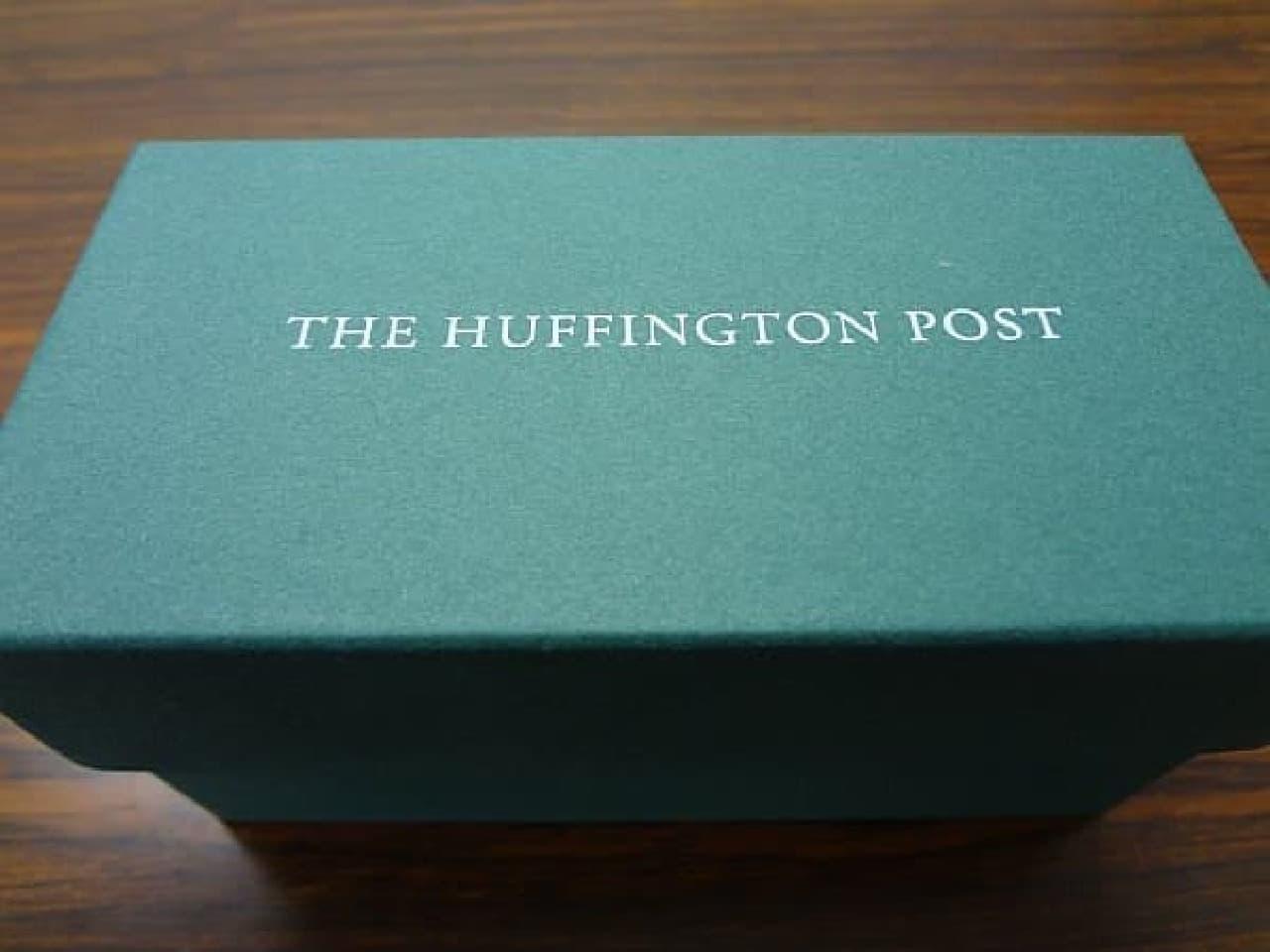 一見、高級チョコが入っていそうな箱  表面には「The Huffington Post」の文字が
