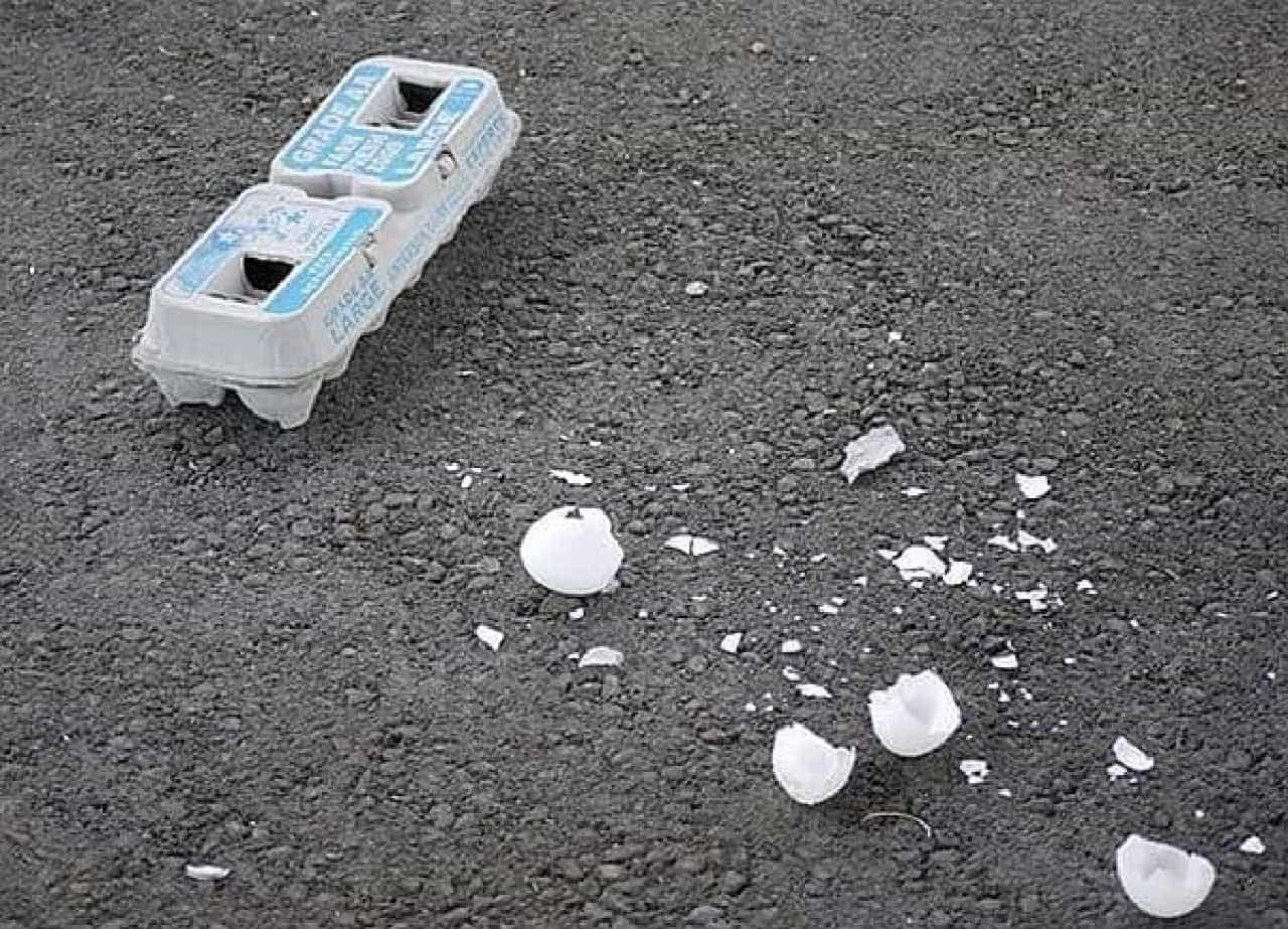 デスバレー国立公園に散乱する卵の殻やパッケージ