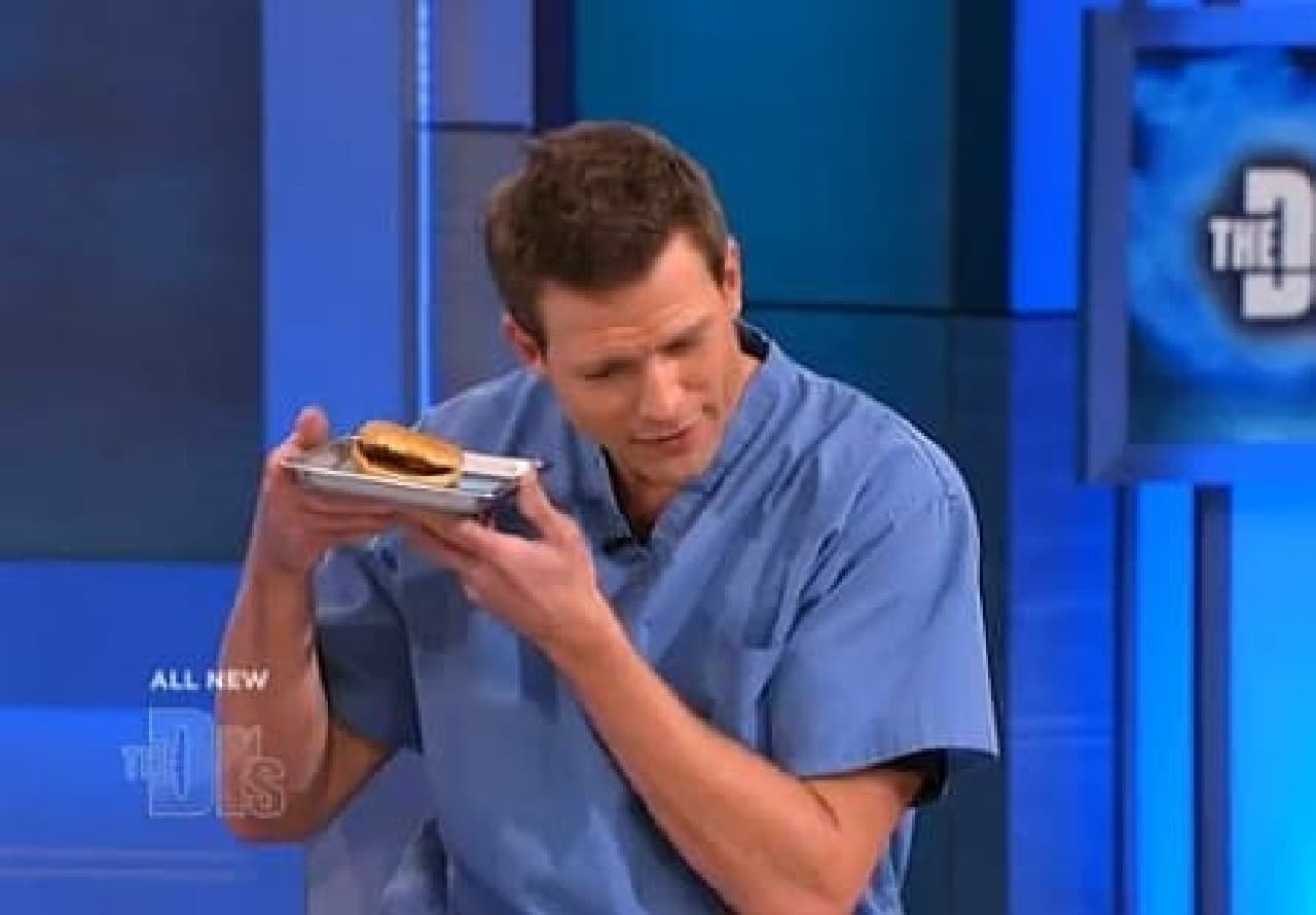 ハンバーガーに対し「おうちに帰りたいかい?」と尋ねる出演者  14年も一緒に暮らすハンバーガーは、もはや家族の一員??  (出典:CBS Television Distribution)