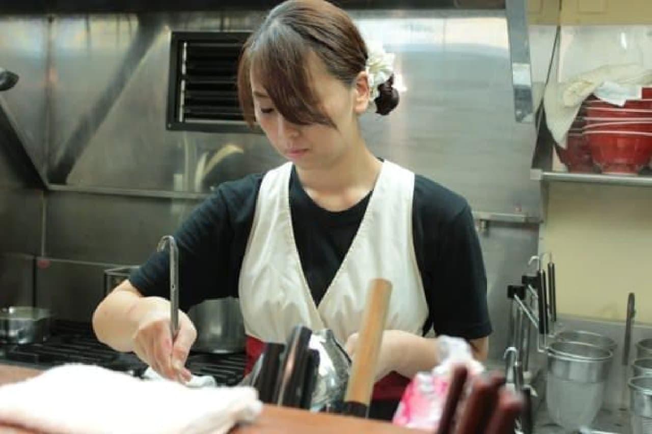 ラーメンを作る、店主の鈴木さん