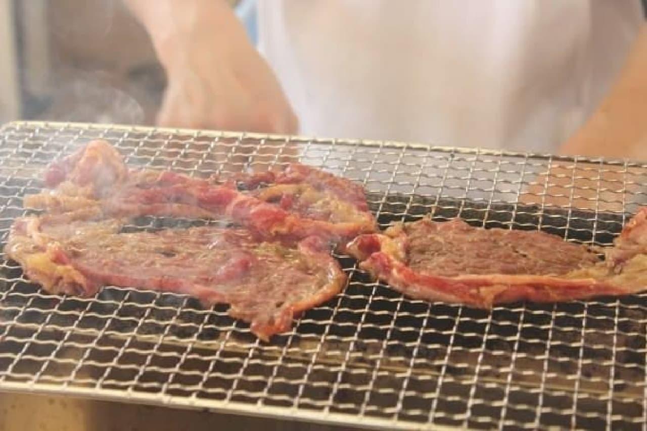 炭焼きの肉だ!