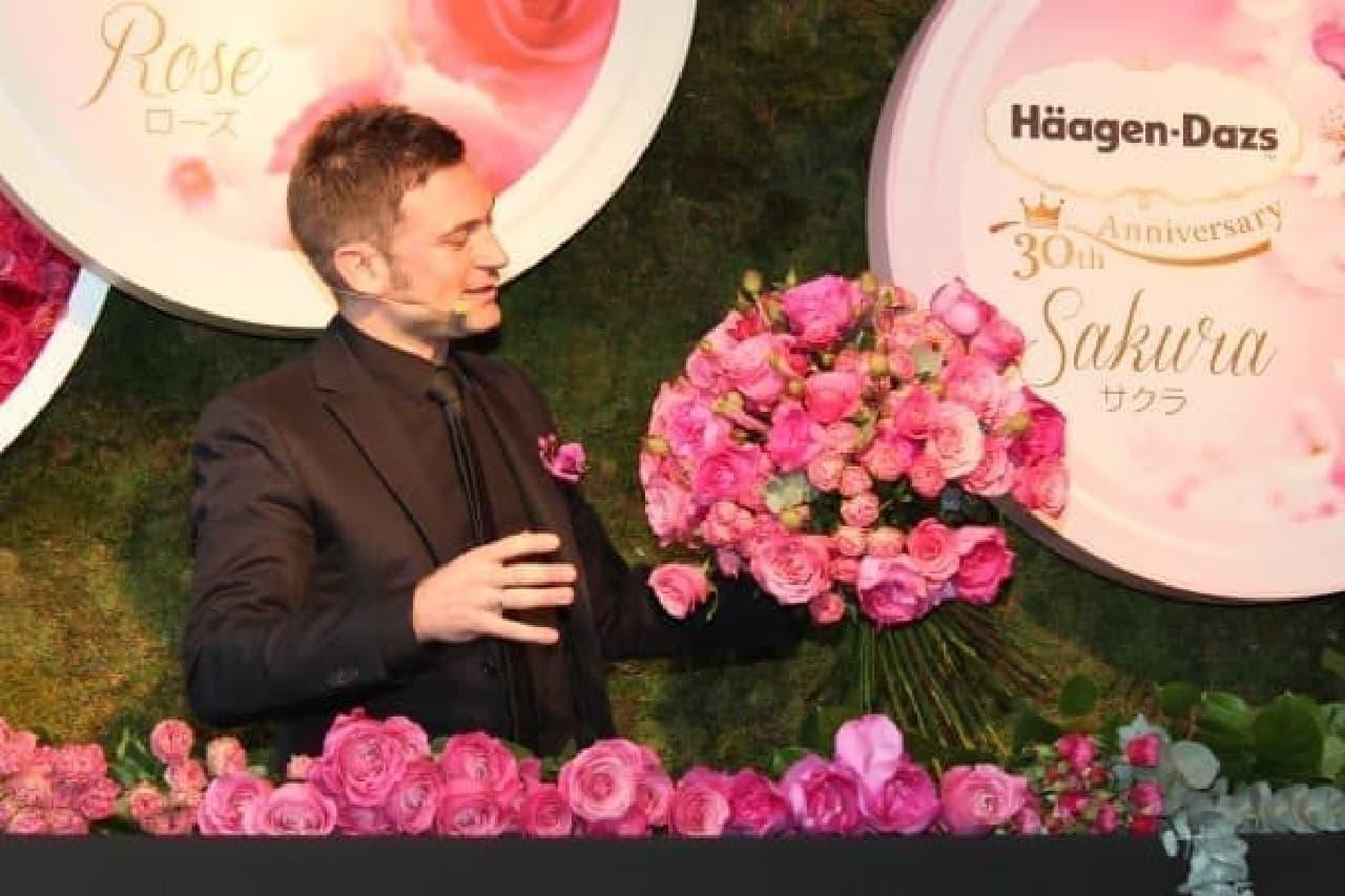 ニコライさん、バラが似合いすぎです