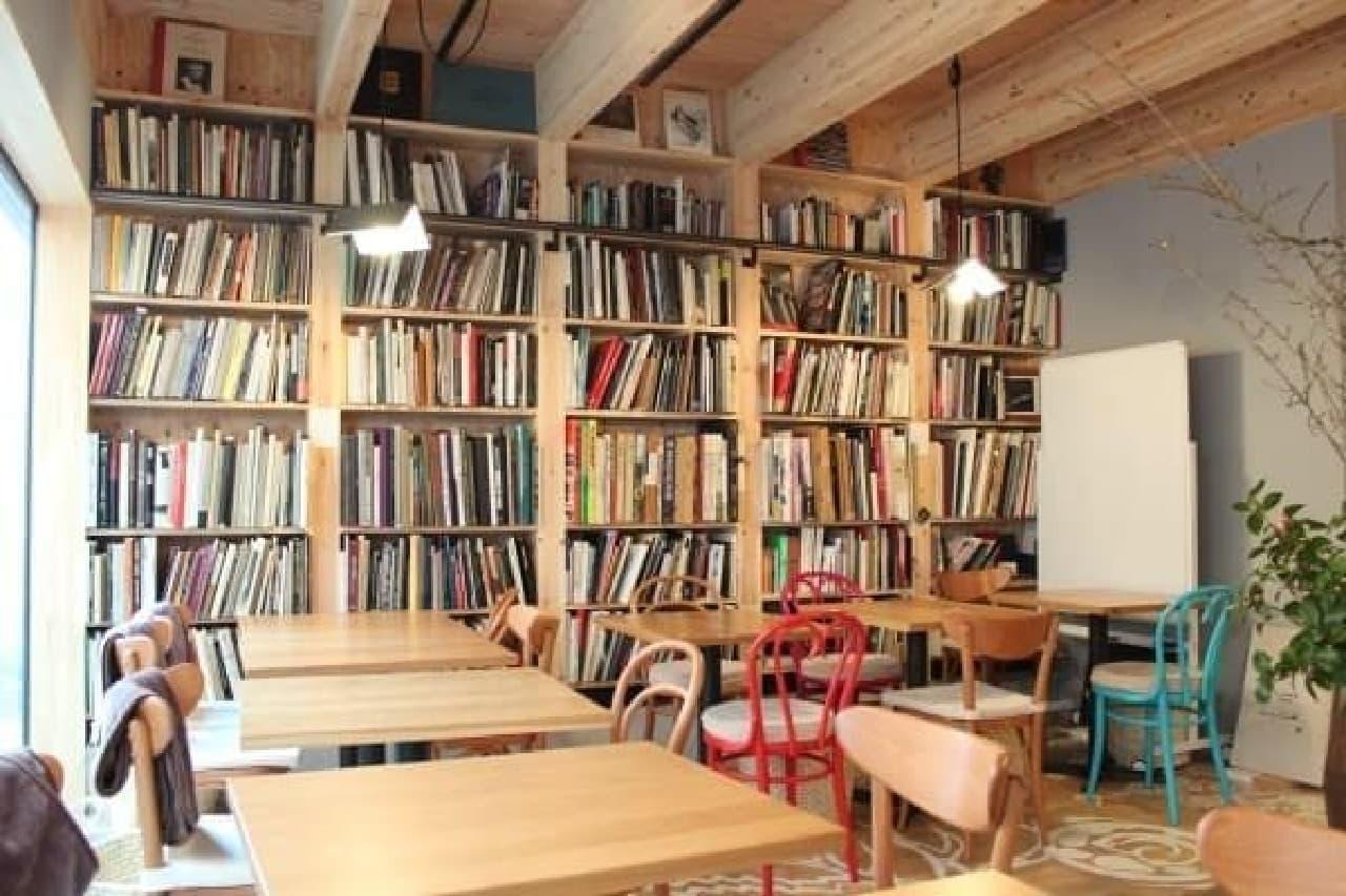 テーブル席の奥には、洋書や大型本が並ぶ