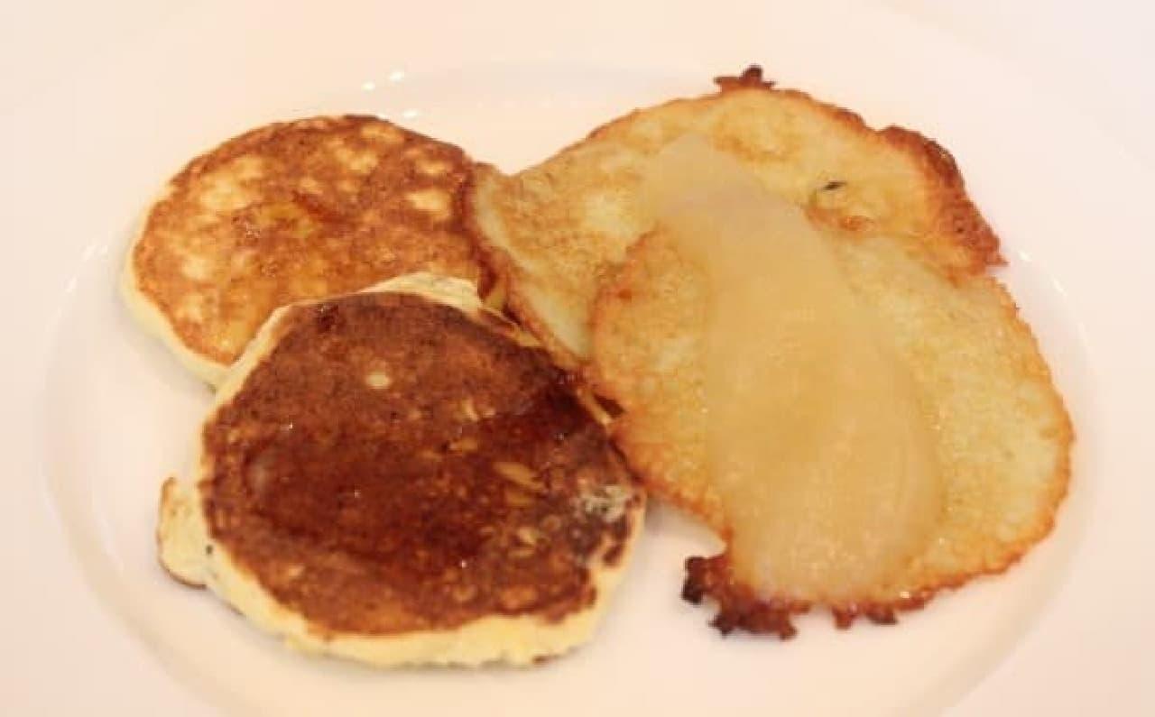 リコッタチーズとリンゴのパンケーキ(左)、ジャガイモのパンケーキ(右)