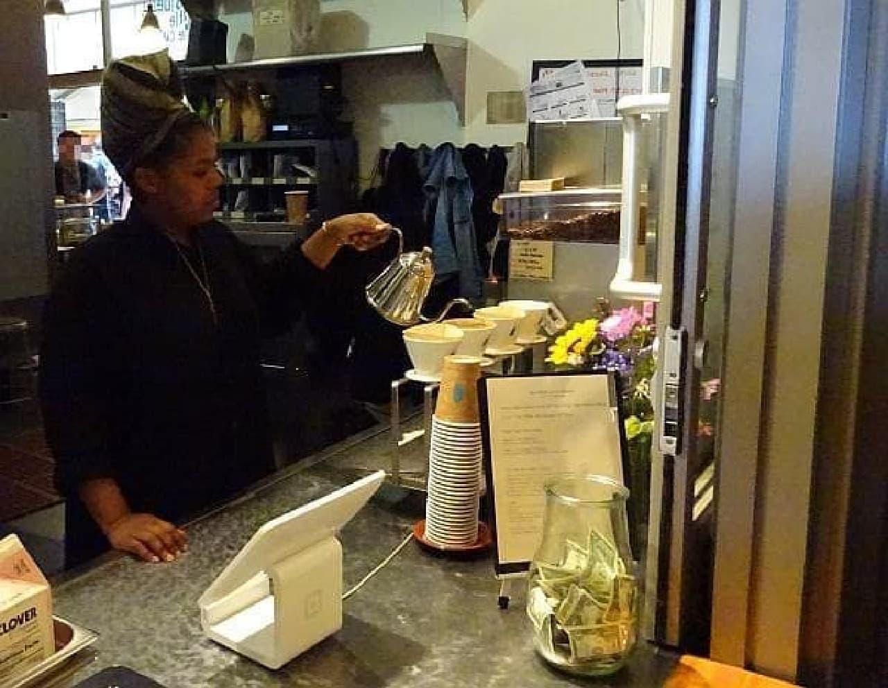 紙フィルターを使い、コーヒーを一杯一杯丁寧に淹れる女性  作り置きは一切しないそうです