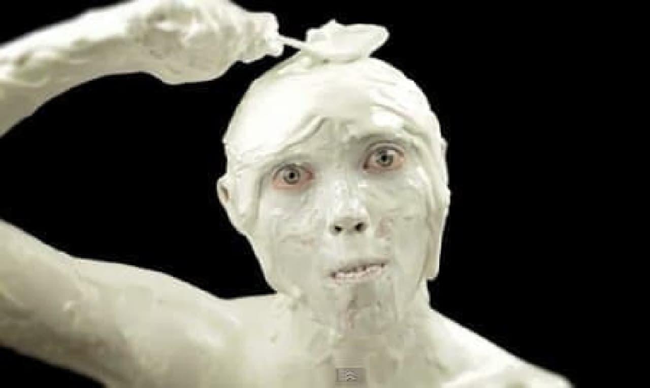 自分の頭からアイスクリームをすくい