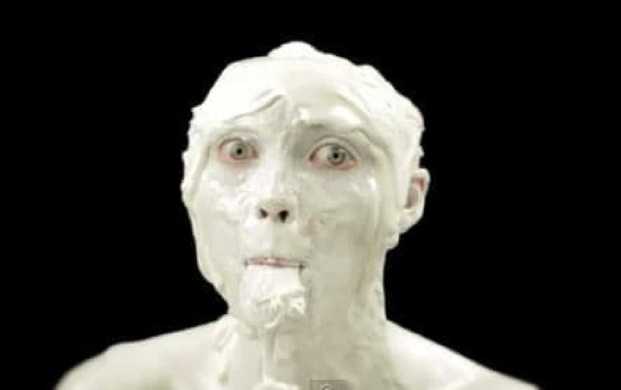 そのアイスクリームを食べています  たしかに、肌は「つやつや」していますが、……。