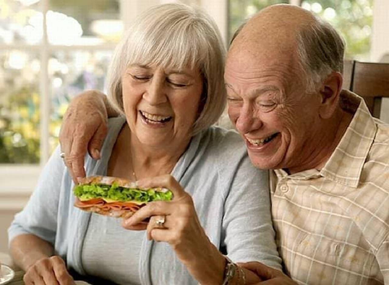 一緒に写真を撮ろうとしている老夫婦