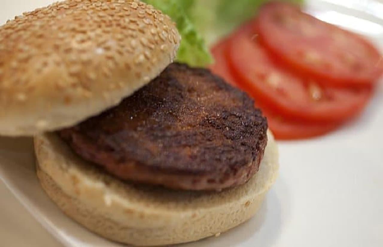 人工肉を使って作られたハンバーガー