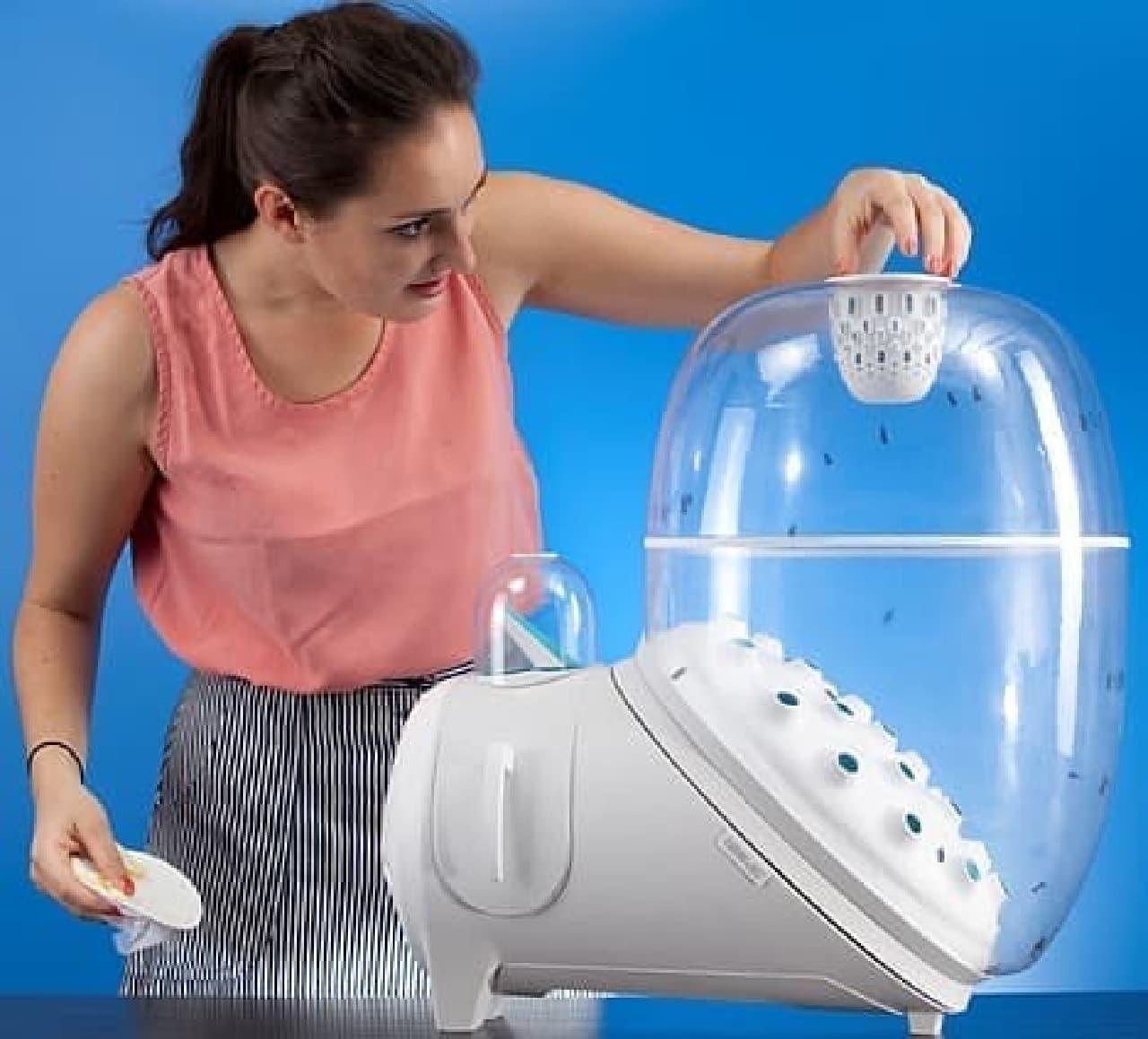 ウジ虫は装置上部の小部屋で成虫となり、下の主室で交配、卵を産む