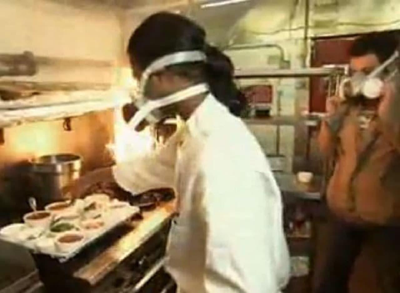 シェフの Karthik Kumar 氏  取材陣もガスマスクを着用している