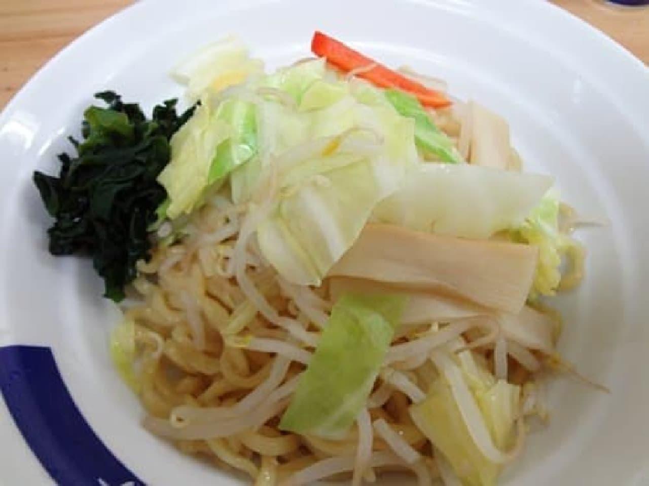 「みどりつけめん」の太麺  麺の上にはたっぷりのキャベツ、メンマ、人参などが具としてのっています