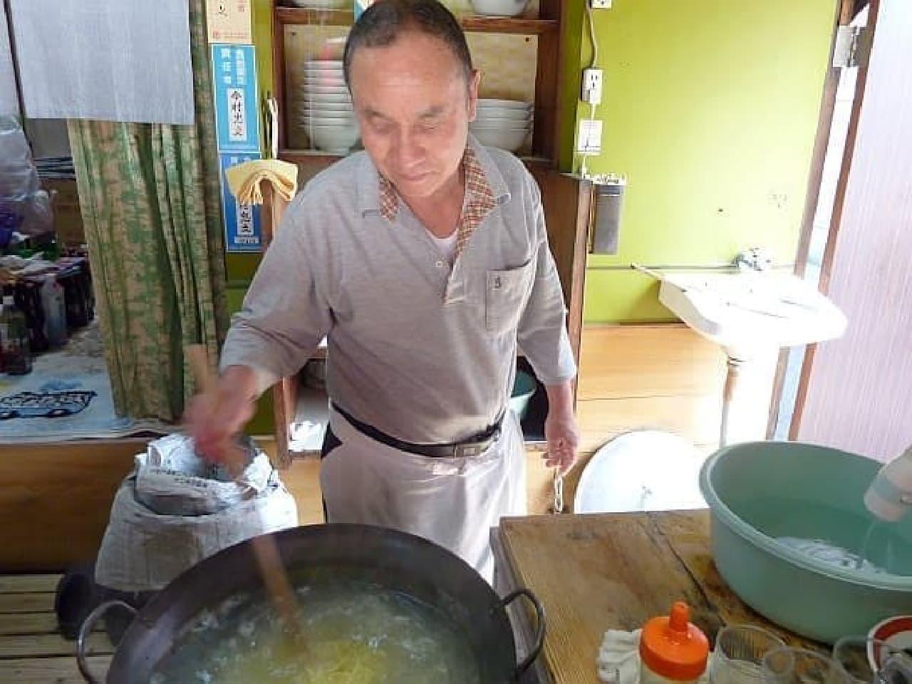 麺を茹でます