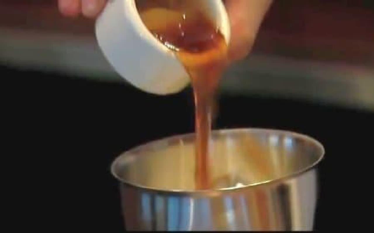 バニラアイスとメープルシロップ投入