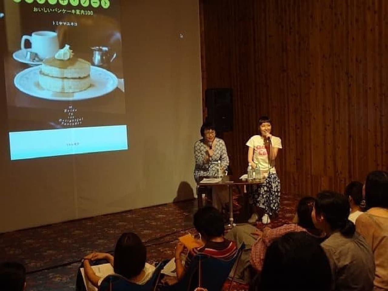 福田里香さん(左)とトミヤマユキコさん(右)