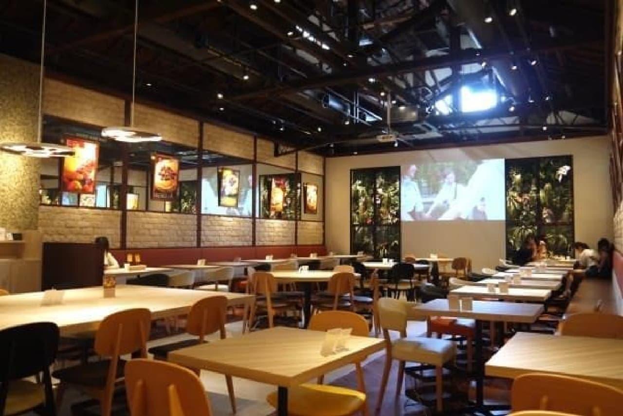 広々としたカフェスペース