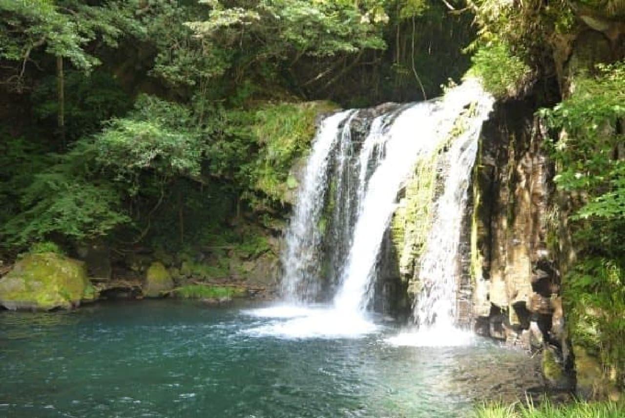 近くには「伊豆の踊り子」の像もある、初景滝