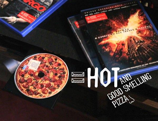 取り出したディスクからはピザの匂いが広がり、盤面には広告が表示される