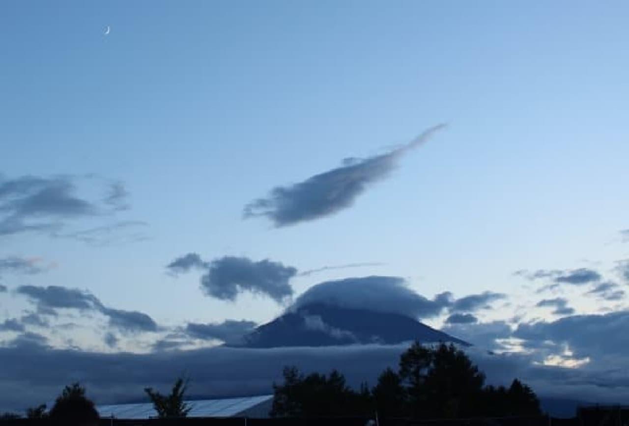 会場から見えた富士山と月の共演