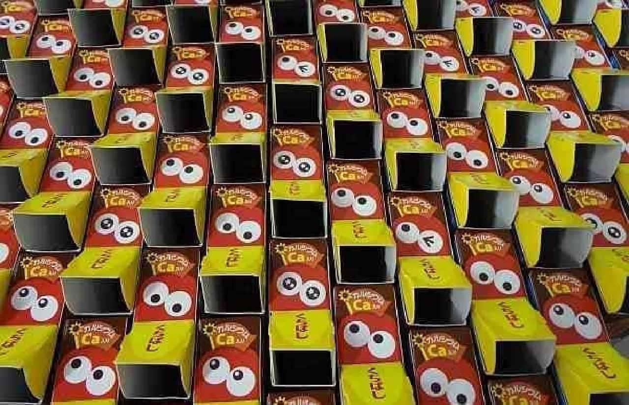 早く食ってくれよ!と迫りくる100箱の森永チョコボール  空腹なツバメの子どものようにも見えます