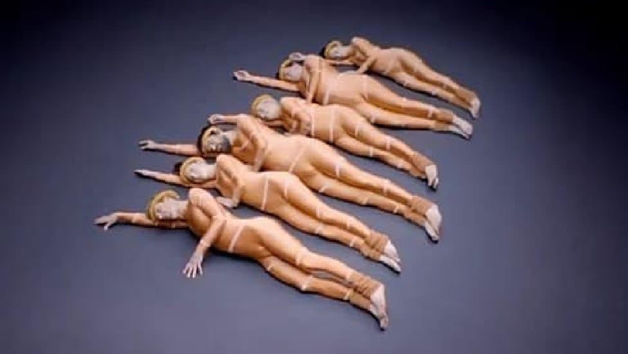 「刺身」を表現する5名のダンサー  うーん…刺身をなめてる?