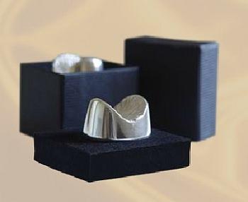 「Edible Anus」の形をした銀製のアクセサリ「Silver Anus(銀の肛門)」  こちらも、同社の美しいお尻モデルから型を取って作られたものだ