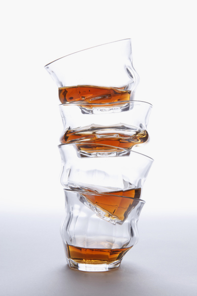 歪んだ世界を表現したグラス「TIPSY」